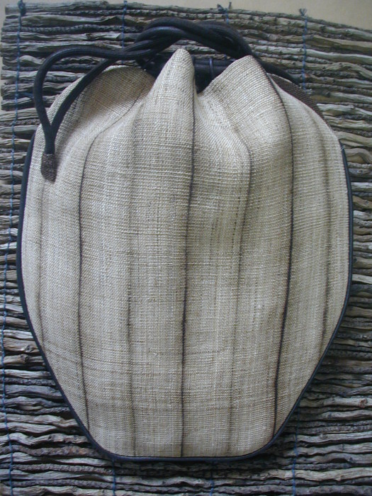 This beautiful handbag is made of kibira linen and dyed with natural chestnut dyes. Lining in cotton and closes with leather ribbons.